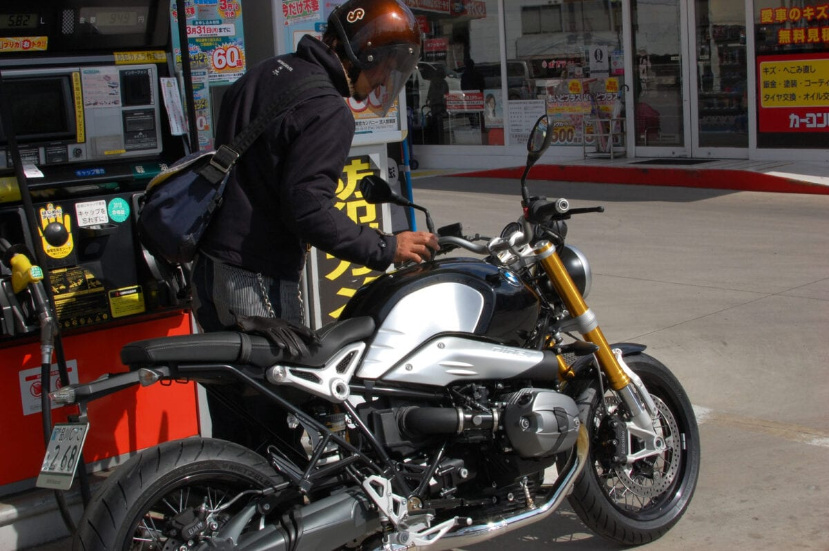 Kaichiroh Kurosu stopping for gas on the nineT