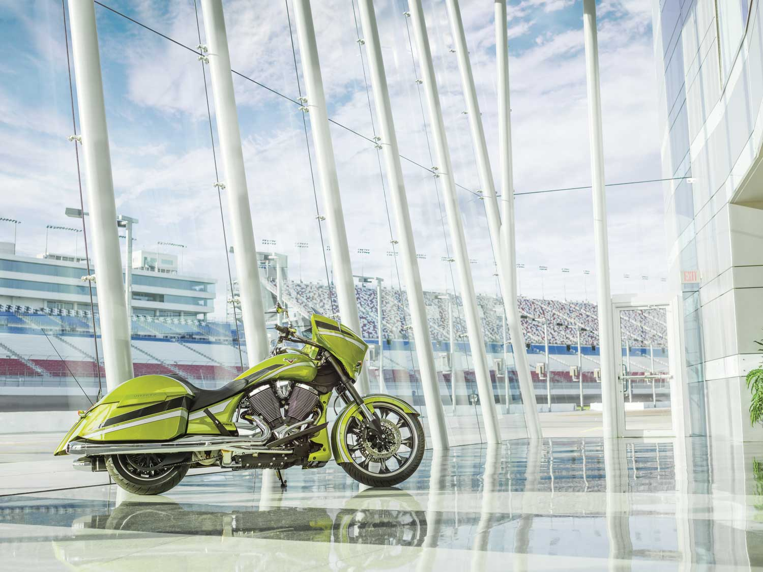 2015-baggers-cross-country-magnum-plasma-lime-0462
