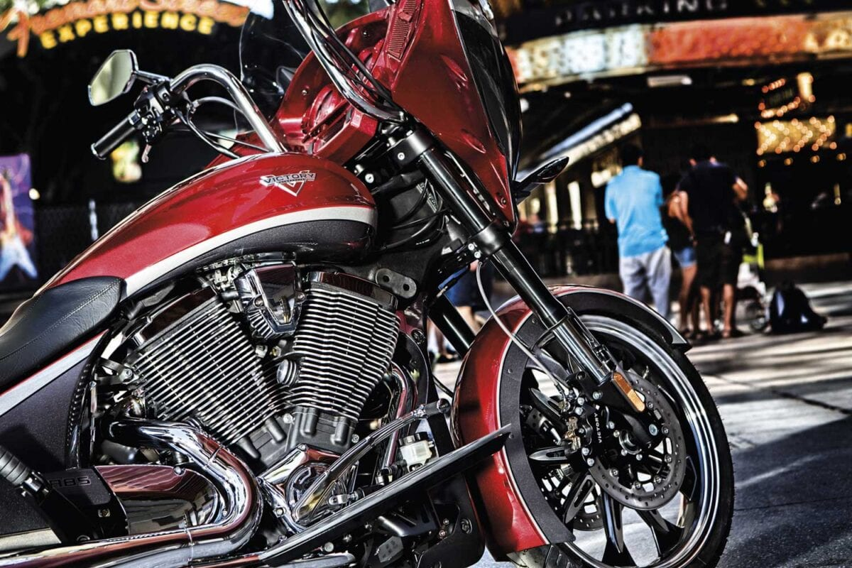 2015-baggers-cross-country-magnum-sunset-red-details-0003