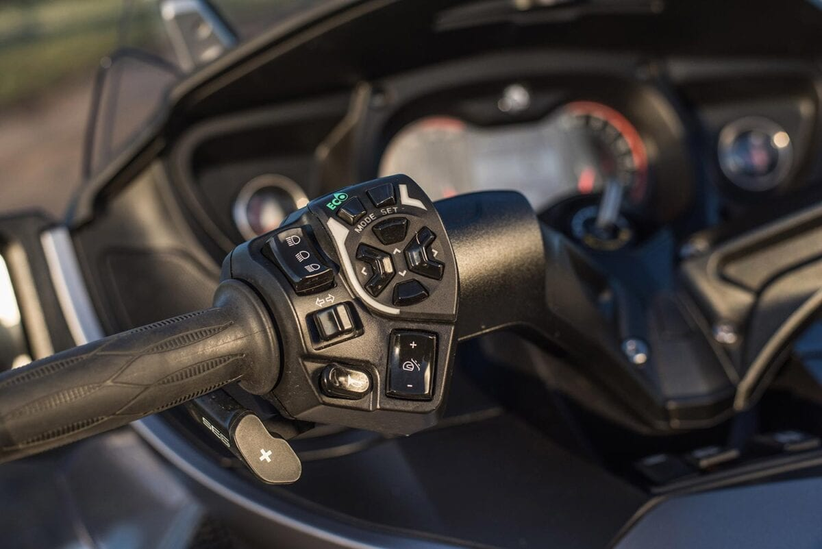 042_Can-Am-Spyder-RT-S-052-Controls