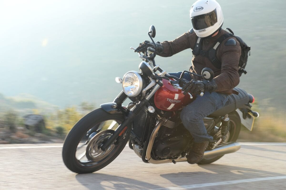 2016 Triumph Street Twin Action_027lores