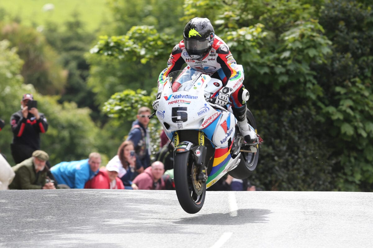 Pacemaker Press, Belfast: 07/06/2015: Bruce Anstey on the Valvoline Racing by Padgetts Honda in the RST Superbike TT race. Picture by Dave Kneen