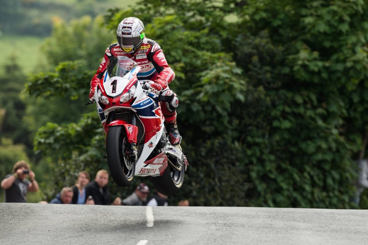 2015-Isle-of-Man-TT-John-McGuinness-wins-with-an-average-speed-of-213-kmph-51