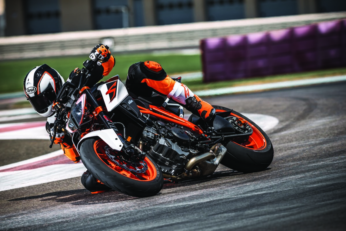 ktm-1290-super-duke-r-my17_action-04