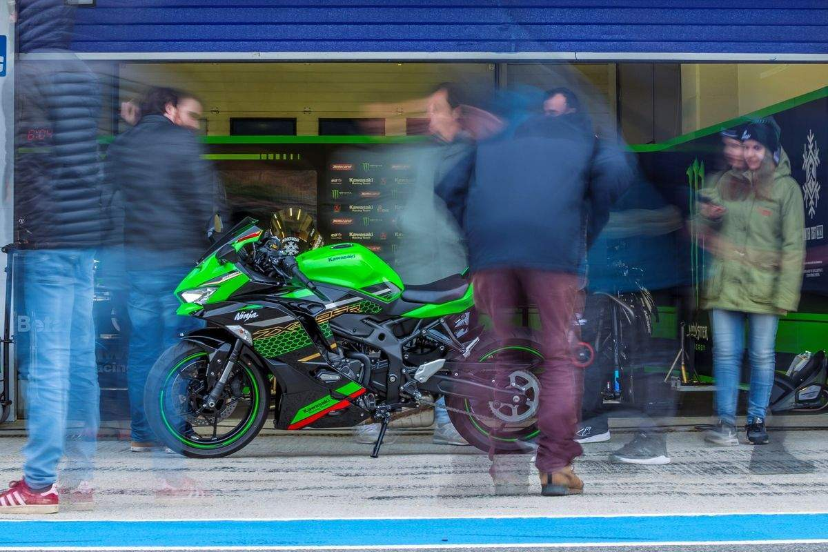 This looks like the lesser-spec A2 friendly verson of the ZX-25R sportbike out on a photoshoot in Jerez, Spain.