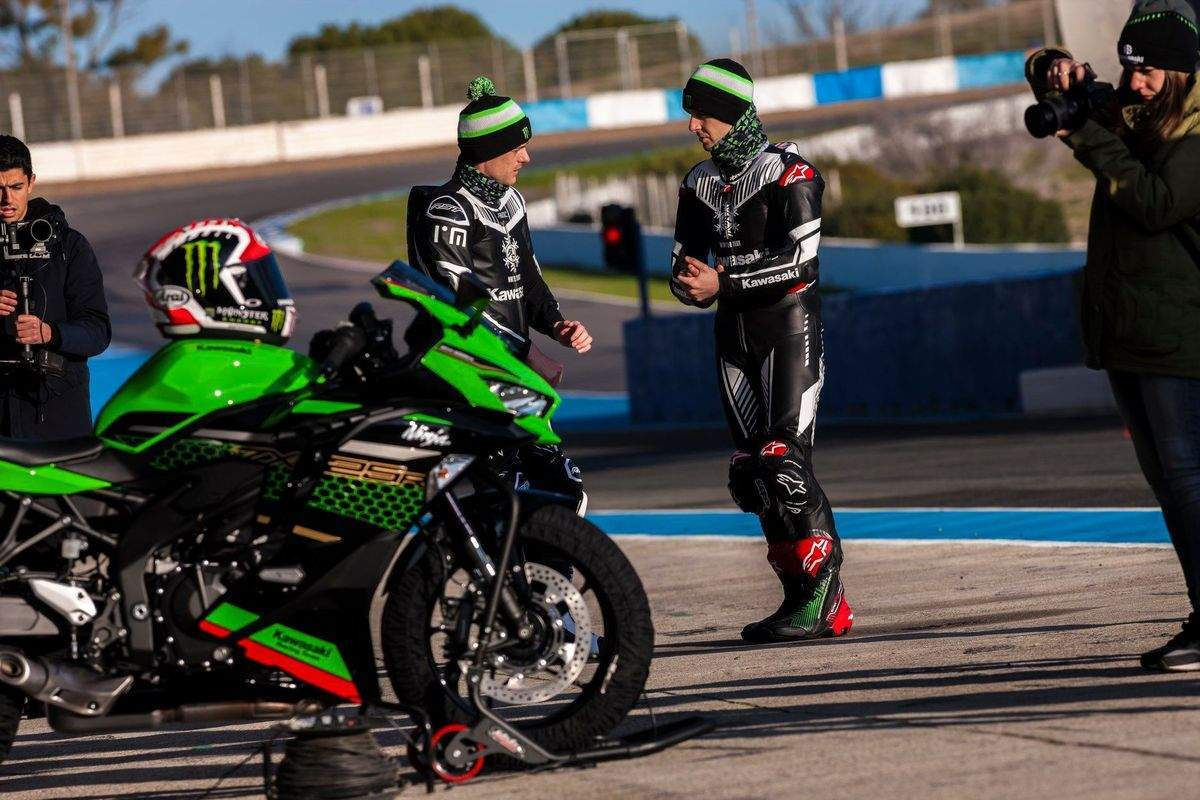 Alex Lowes on the left and Jonathan Rea on the right, looking cold in their winter-test leathers and official Kawasaki hats. Snazzy stuff!